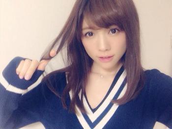 指に髪の毛を絡めている松川佑衣子